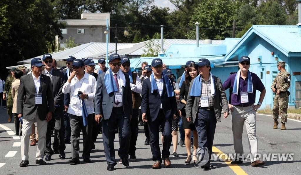 9月7日,在板门店,都钟焕带领42国驻韩使节参观非军事区。(韩联社/韩国文化体育观光部供图)