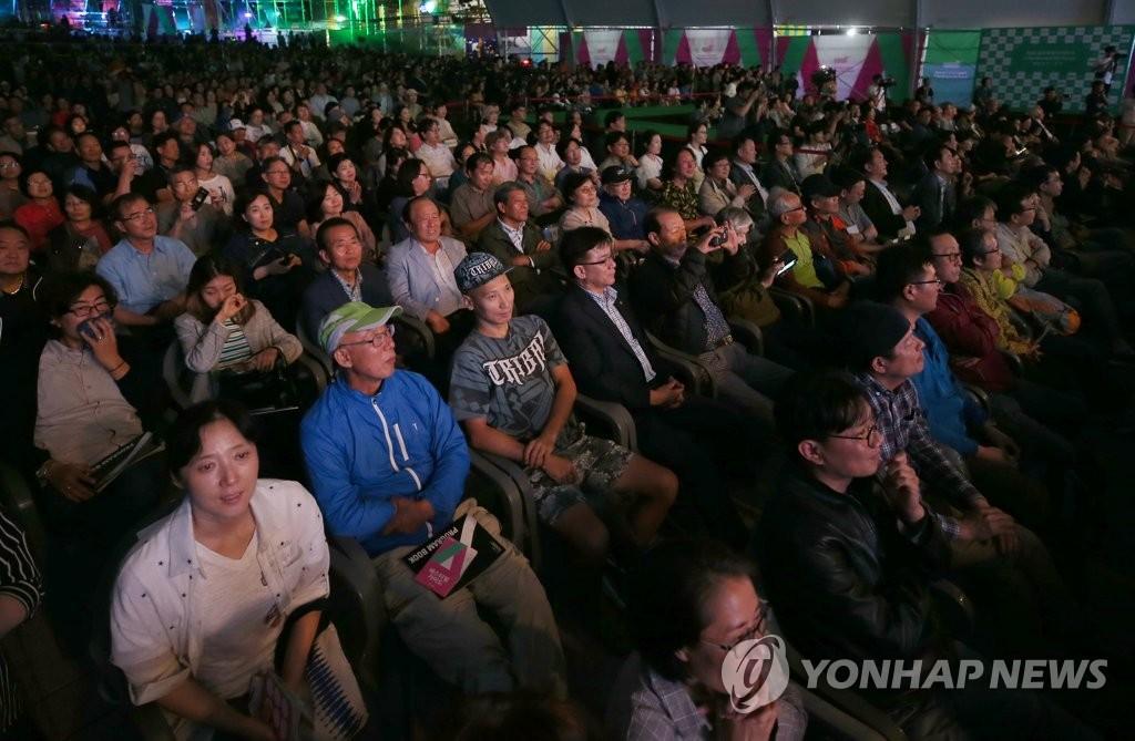 资料图片:2018年第三届蔚州世界山地电影节开幕式现场(韩联社)