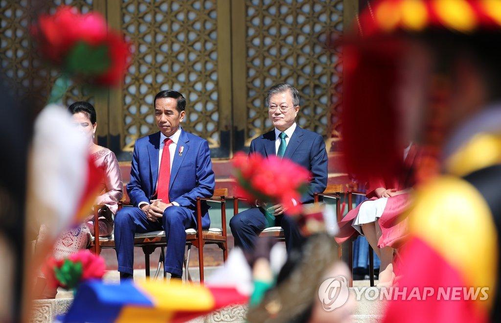 9月10日,在首尔昌德宫,韩国总统文在寅(右)为到访的印尼总统佐科·维多多(左)举行欢迎仪式。(韩联社)