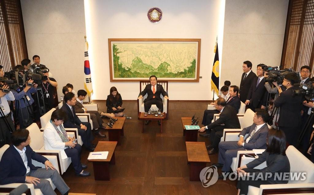 9月10日上午,在国会,国会议长文喜相(中)同交涉团体院内代表会晤。(韩联社)