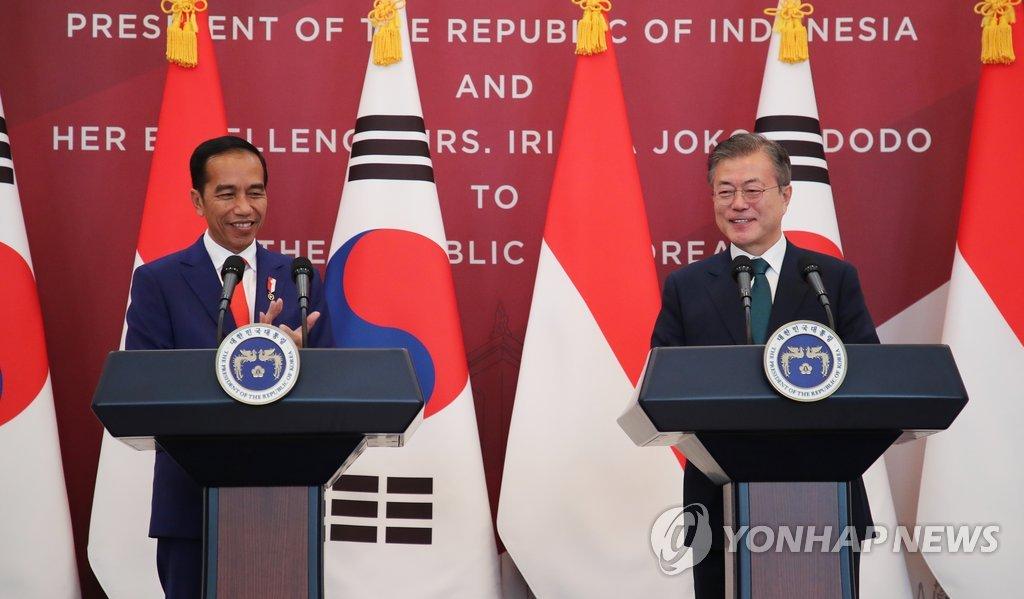 资料图片:9月10日,韩国总统文在寅(右)与到访的印尼总统佐科·维多多在首脑会谈结束后发表联合新闻稿。(韩联社)