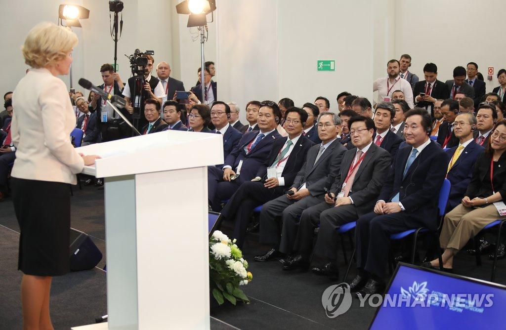 当地时间9月11日下午,韩国总理李洛渊(第一排右一)在俄罗斯符拉迪沃斯托克出席韩国-俄罗斯商务对话。(韩联社)