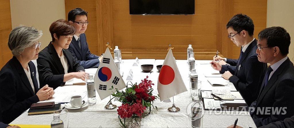 9月11日下午,在越南河内市,韩国外交部长官(部长)康京和(左一)同日本外务大臣河野太郎(右一)举行会晤。(韩联社)