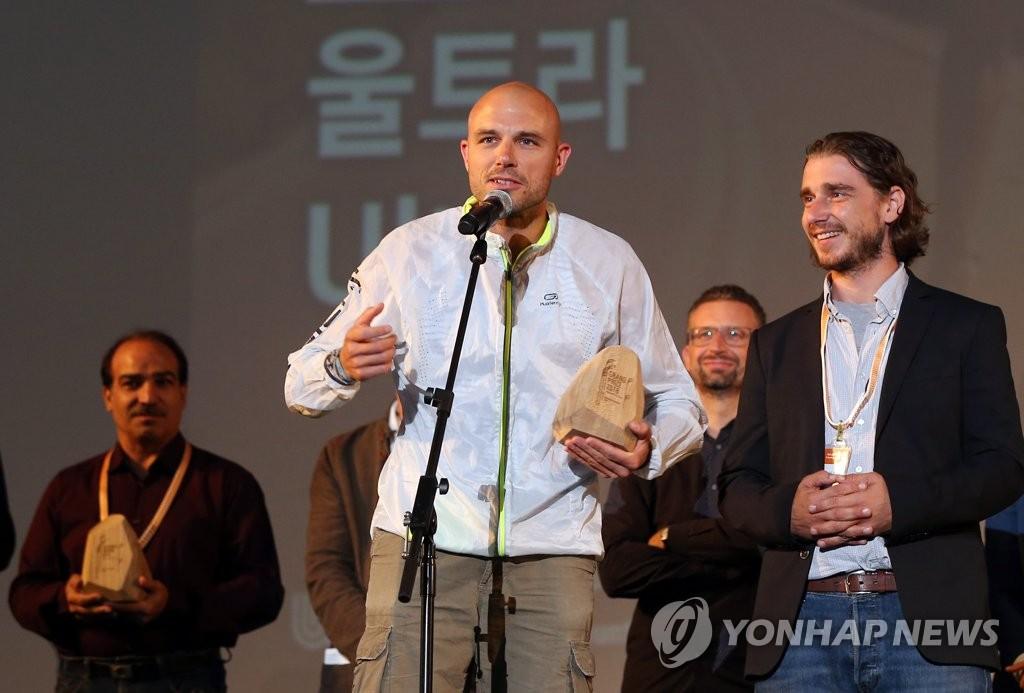 《Ultra》导演巴拉兹·西蒙尼发表获奖感言。(韩联社)