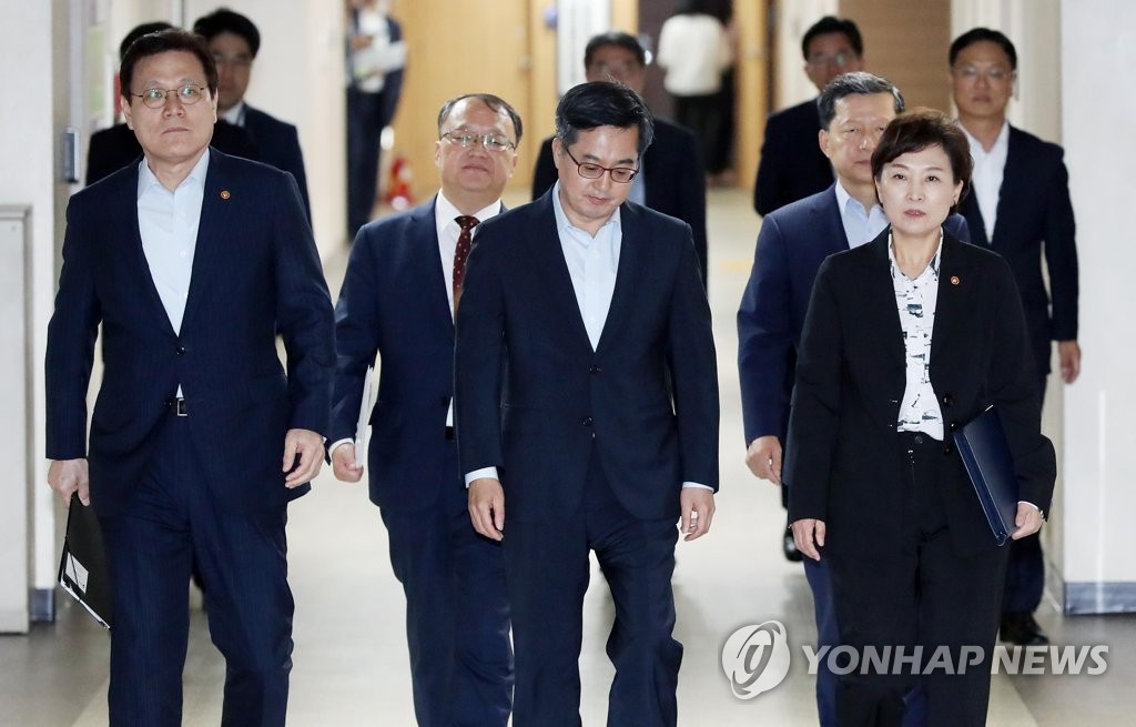9月13日下午,在首尔的韩国中央政府大楼,韩国副总理兼财长金东兖(前排居中)会同各部委长官准备发表楼市调控举措。(韩联社)