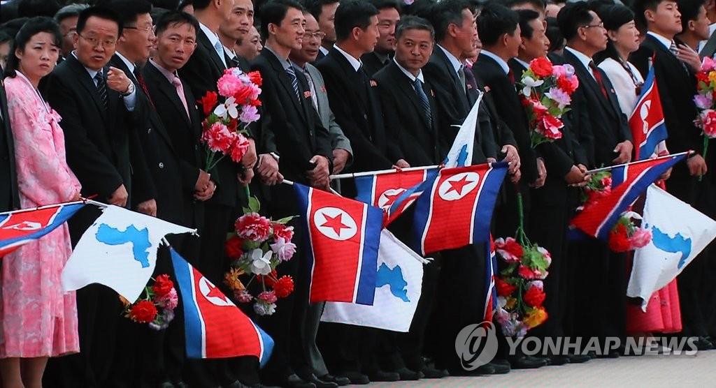 9月18日上午,在平壤顺安机场,平壤市民等候韩国总统文在寅的到访。(韩联社)