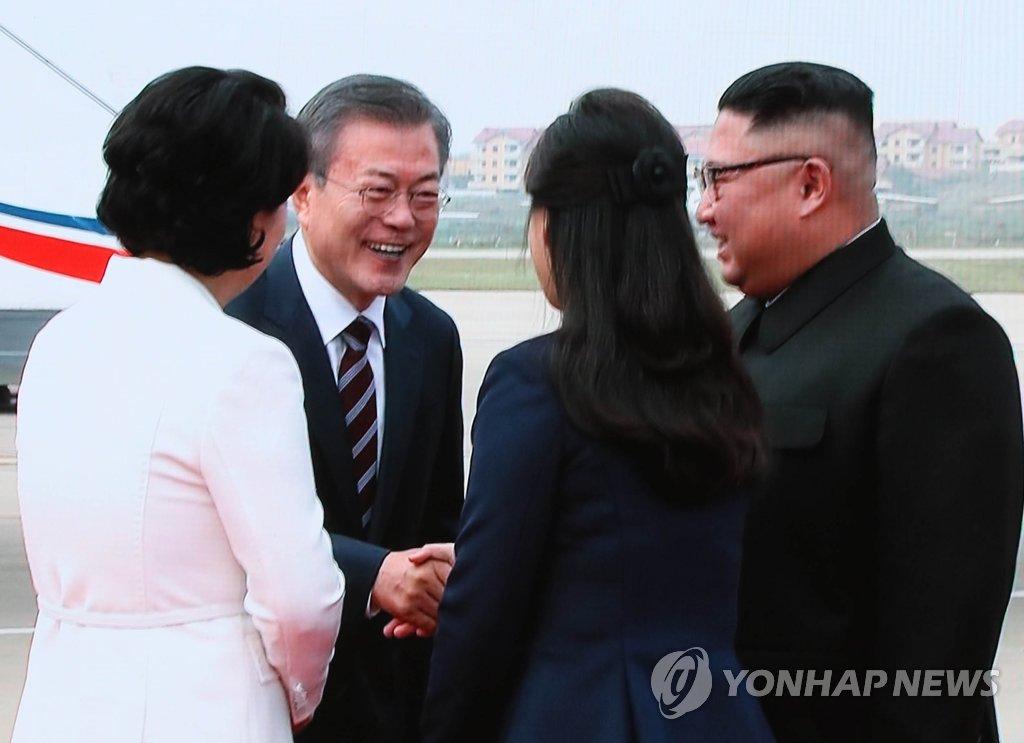 9月18日,韩国总统文在寅(左二)伉俪飞抵平壤顺安机场,朝鲜国务委员会委员长金正恩携夫人李雪主亲自到机场迎接。(韩联社)