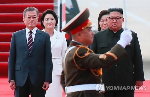 文在寅在平壤机场检阅朝军仪仗队