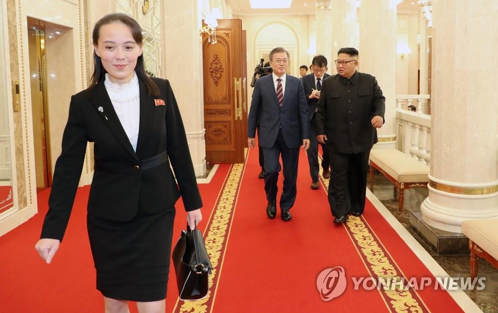 资料图片:9月18日下午,在朝鲜劳动党中央委员会总部大楼,朝鲜国务委员会委员长金正恩胞妹、劳动党第一副部长金与正(右)在现场忙碌。(韩联社)