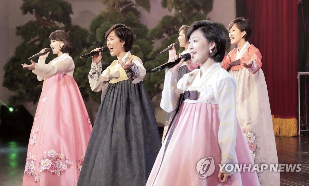 9月18日,在平壤大剧场,三池渊管弦乐团正在进行表演。(韩联社/联合摄影团)