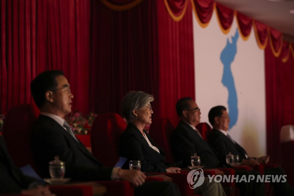 9月18日,在平壤大剧场,韩方随行人员观看三池渊管弦乐团表演。(韩联社/联合摄影团)