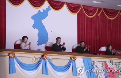 韩朝领导人携妻同看管弦乐团演出