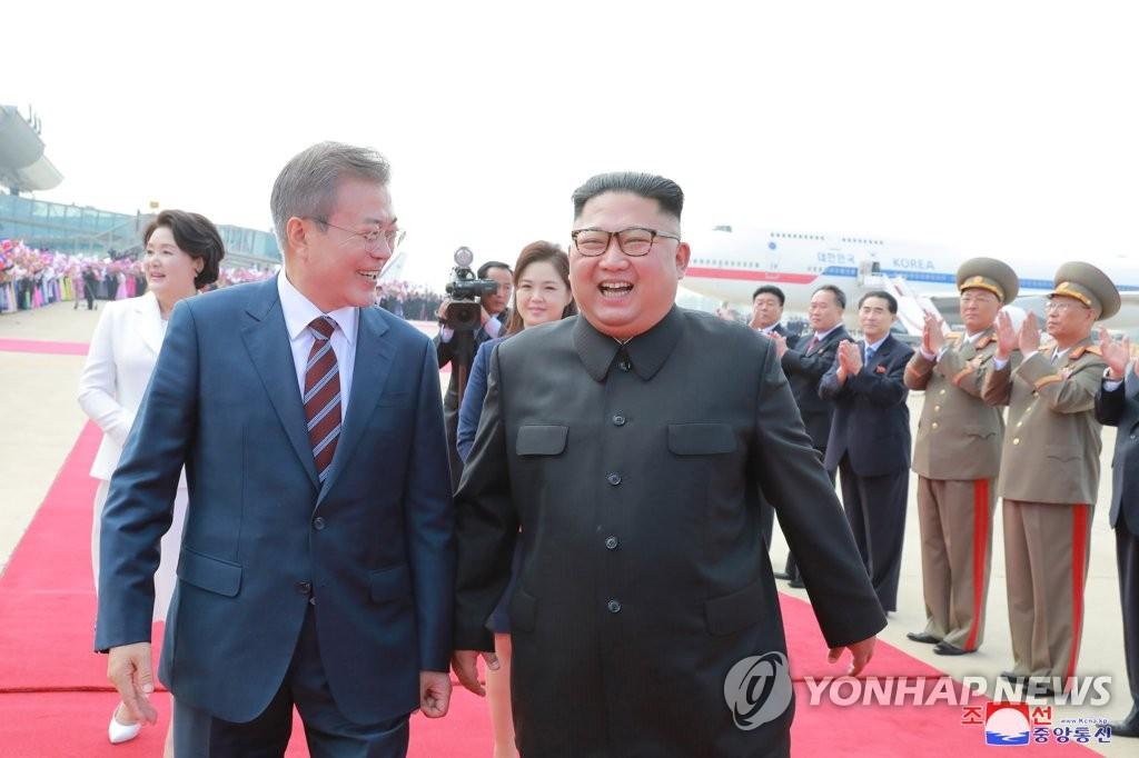 9月18日,在平壤顺安机场,金正恩(右)亲自为文在寅接机。图片仅限韩国国内使用,严禁转载复制。(韩联社/朝中社)