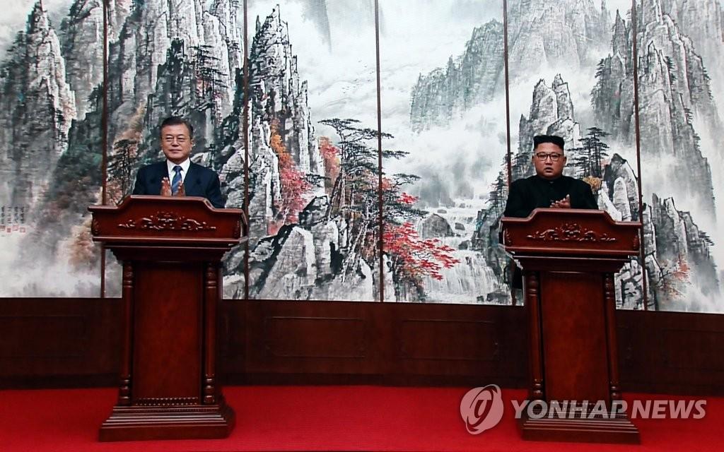 资料图片:2018年9月,韩国总统文在寅(左)与朝鲜国务委员会委员长金正恩在平壤举行首脑会谈。(韩联社)