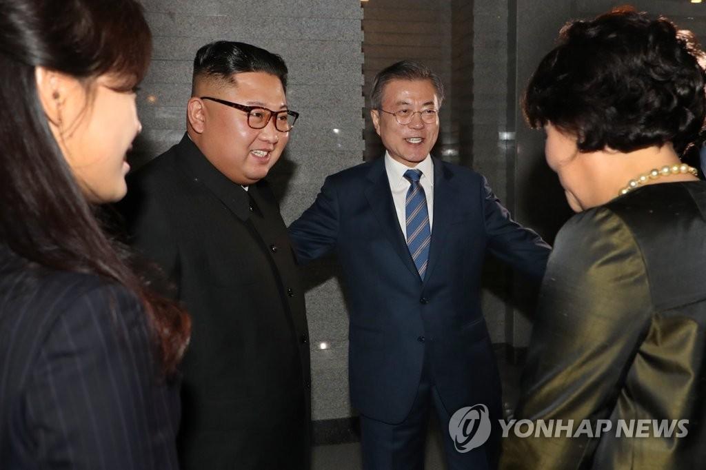 韩朝领导人在平壤海鲜餐厅共进晚餐