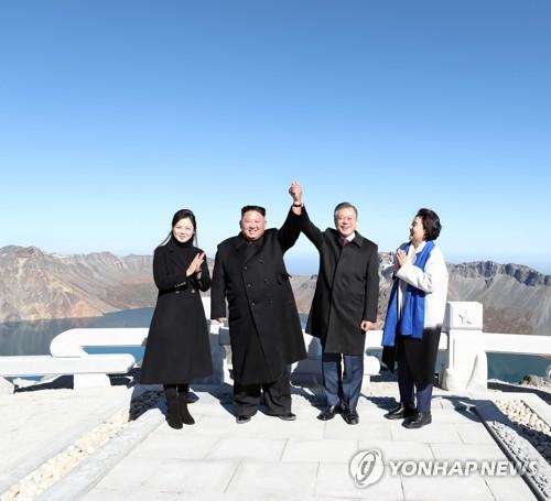 韩朝首脑一同登上白头山主峰