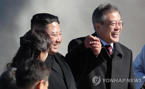 韩朝首脑在白头山主峰合影