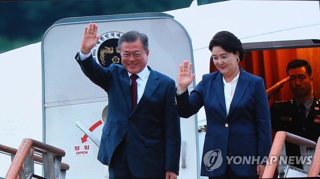 9月20日下午,韩国总统文在寅(左)和夫人金正淑抵达京畿道城南市的首尔机场。图为首尔韩朝首脑会谈主新闻中心报道画面。(韩联社)