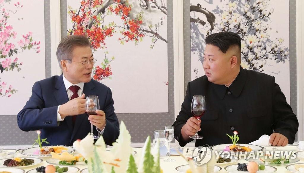 资料图片:9月20日,在朝鲜三池渊招待所,韩国总统文在寅(左)同朝鲜国务委员会委员长金正恩共进午餐。(韩联社)