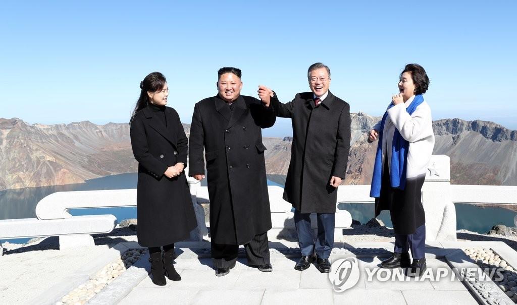 韩朝首脑握手天池。(韩联社)