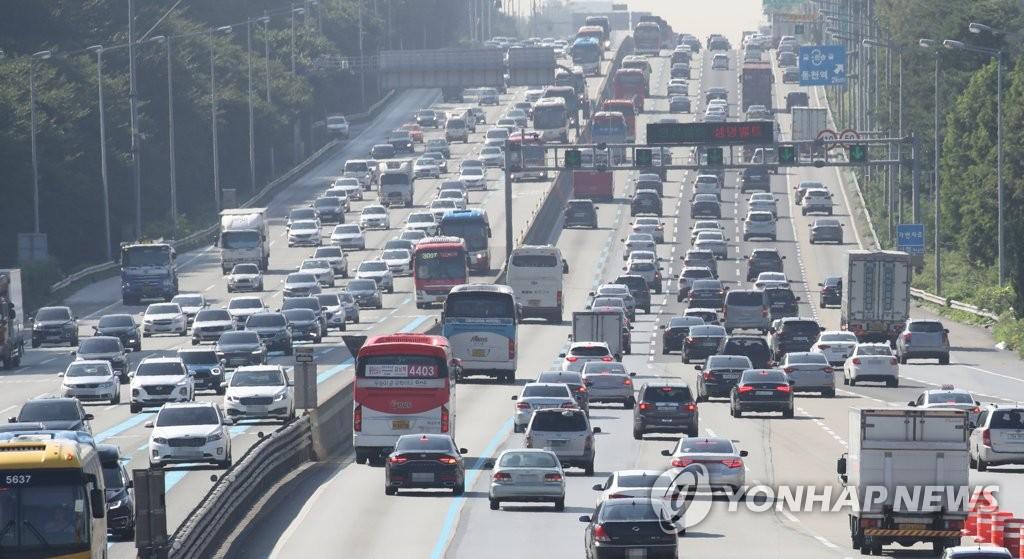 9月22日上午9点30分,在京釜高速公路宫内洞首尔收费站附近,上行线(左)和下行线公路上的车辆在中秋佳节前一天变得拥挤不堪。(韩联社)