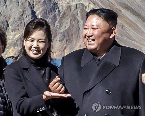 金正恩摆韩国流行比心手势