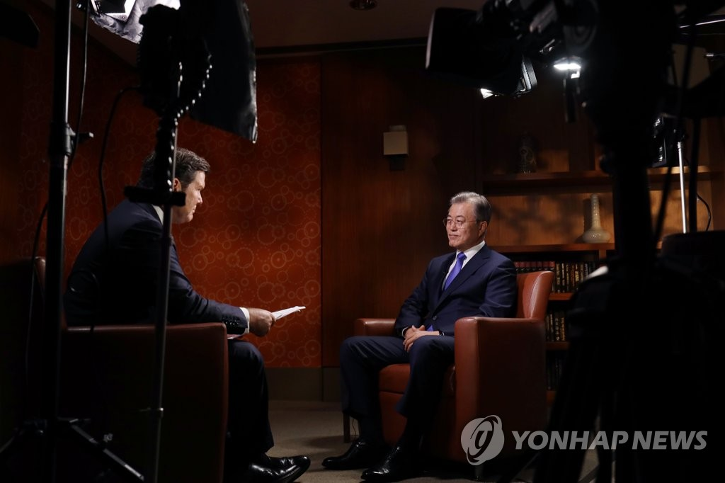 9月25日,在纽约,文在寅正在接受美国福克斯新闻频道的采访。(韩联社/青瓦台提供)