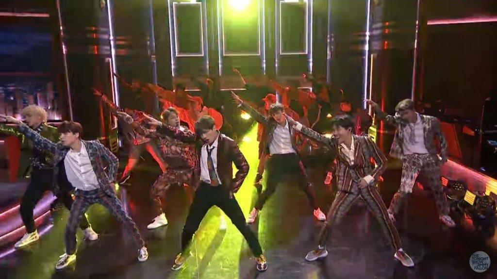 当地时间9月25日,防弹少年团出演NBC电视台人气脱口秀节目《吉米今夜秀》,并演唱新歌《IDOL》。(韩联社/BigHit娱乐供图)