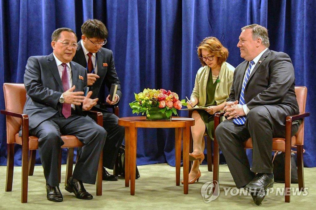 资料图片:当地时间2018年9月26日,在纽约,李容浩(左一)会晤蓬佩奥(右一)。 韩联社/欧新社(图片严禁转载复制)