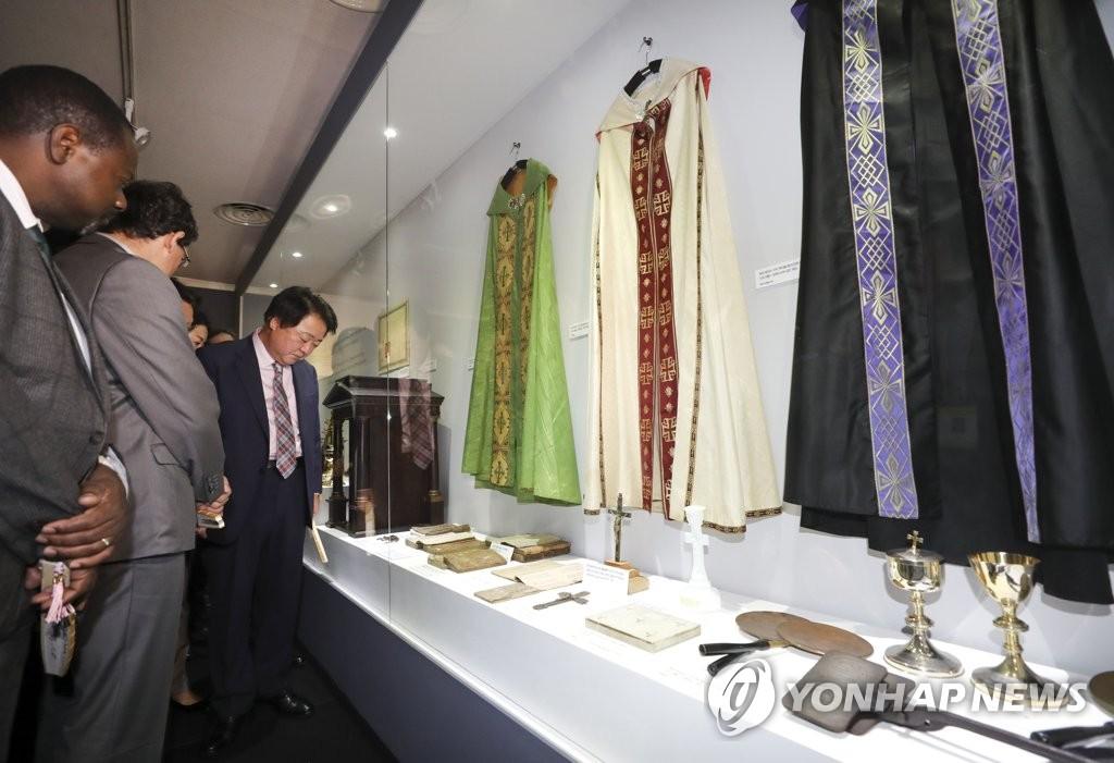 10月1日上午,在清州市艺术殿堂广场,2018直指节嘉宾们观看展览。(韩联社)