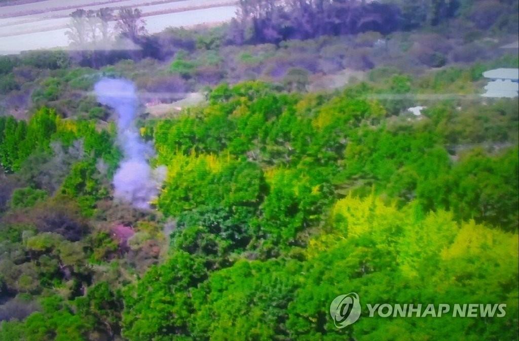 10月4日,在板门店共同警备区(JSA),朝韩启动非军事区(DMZ)排雷工作后首次爆破的场面。(韩联社/国防部供图)