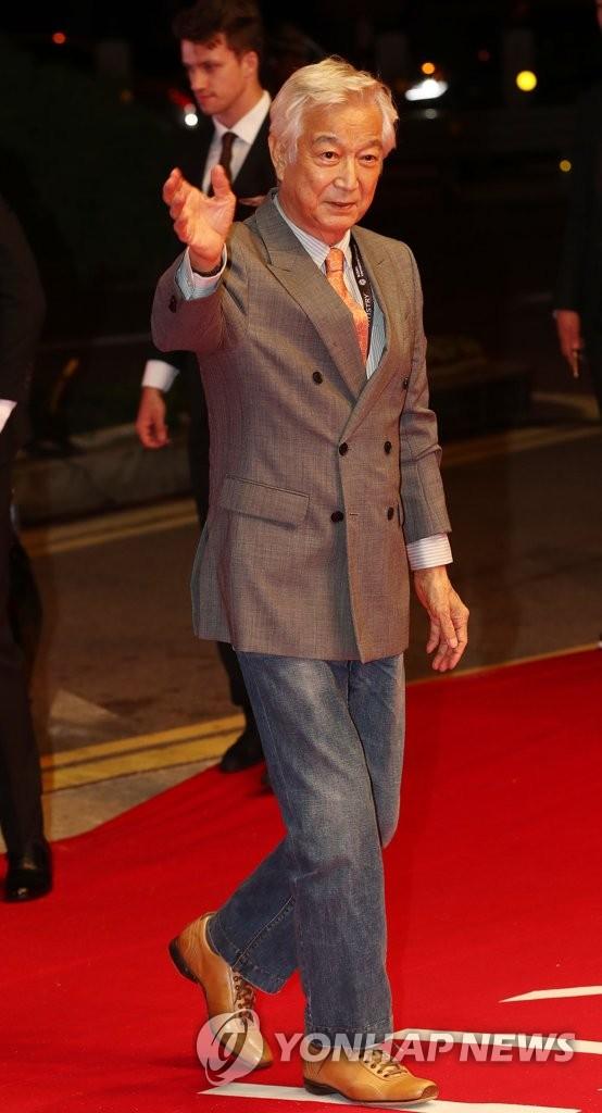 资料图片:10月4日,在釜山海云台电影殿堂,演员申星一出席第23届釜山国际电影节开幕式红毯秀。(韩联社)