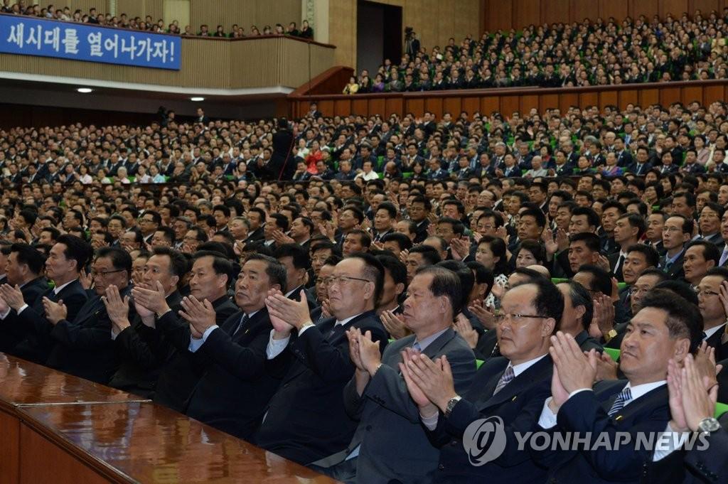 10月4日,在平壤人民文化宫,出席《10·4韩朝共同宣言》发布11周年纪念活动的人士在鼓掌。(韩联社/联合采访团)