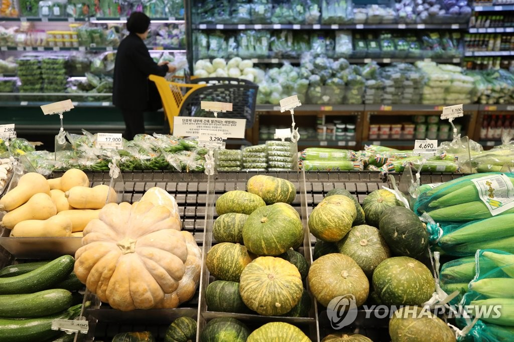 资料图片:韩国一家超市的蔬菜柜台(韩联社)