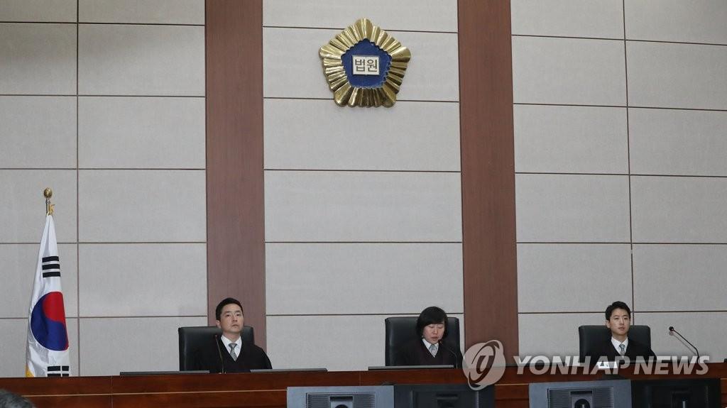 10月5日下午,在首尔中央地法,一审开庭审理李明博受贿案。(韩联社/韩媒联合记者团)
