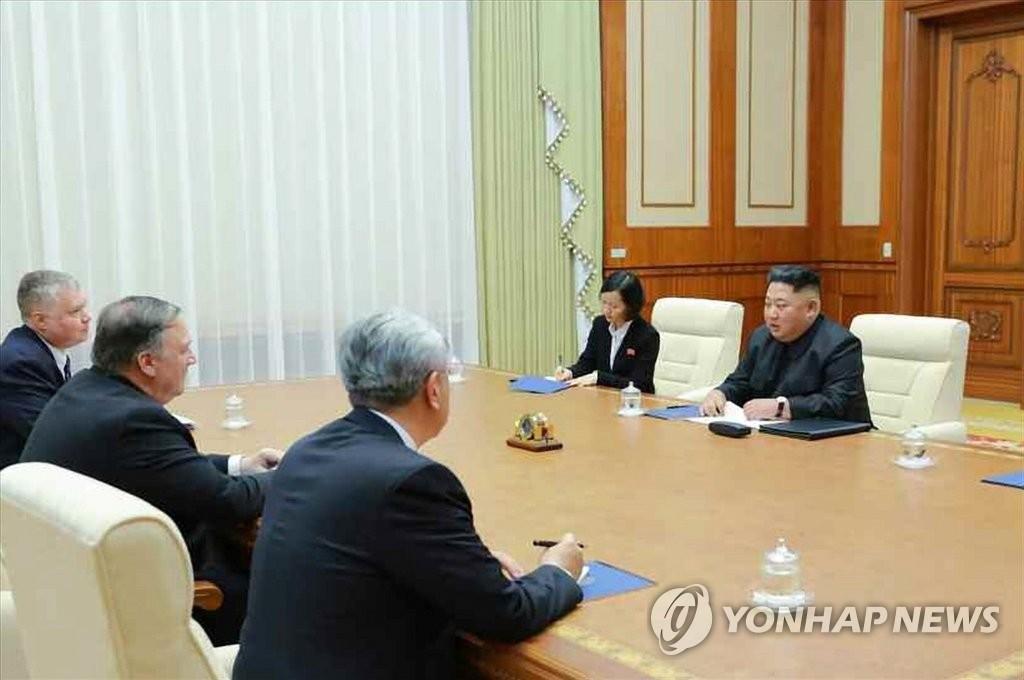 据朝鲜《劳动新闻》10月8日报道,朝鲜国务委员会委员长金正恩(右一)前一天在平壤会见到访的美国国务卿蓬佩奥(左二)。图片仅限韩国国内使用,严禁转载复制。(韩联社/《劳动新闻》)