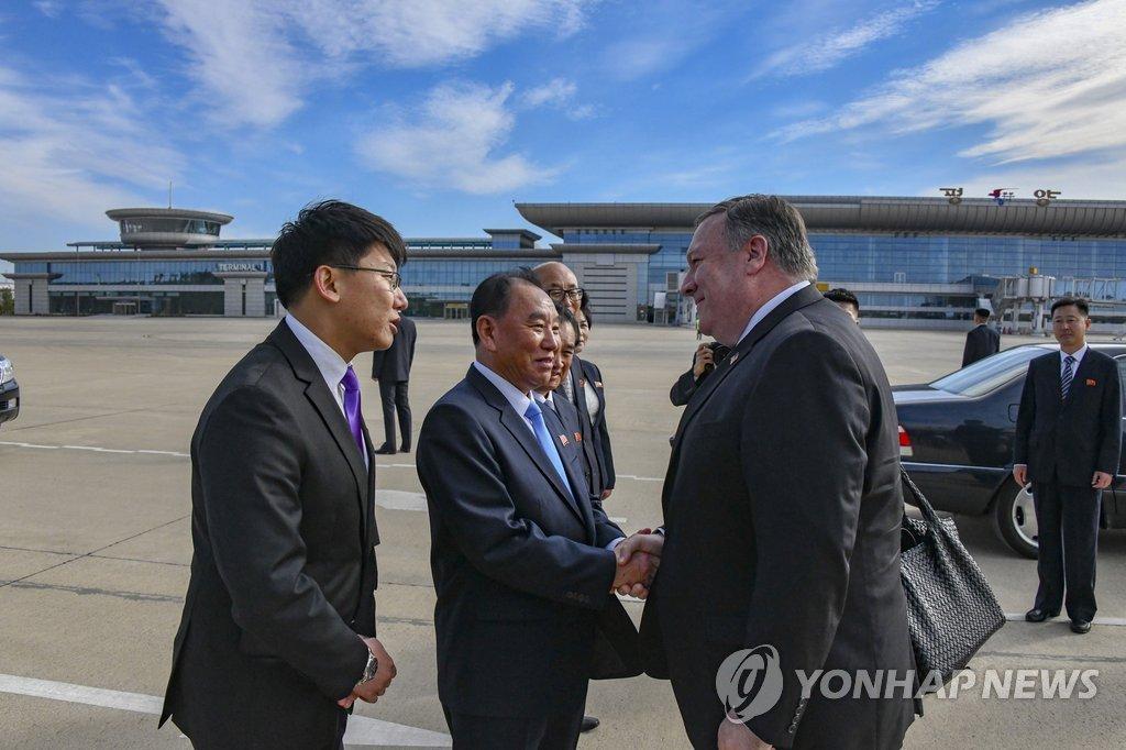 资料图片:2018年10月7日,在平壤机场,朝鲜统战部长金英哲欢迎来访的美国国务卿蓬佩奥。(韩联社/美国务院供图)