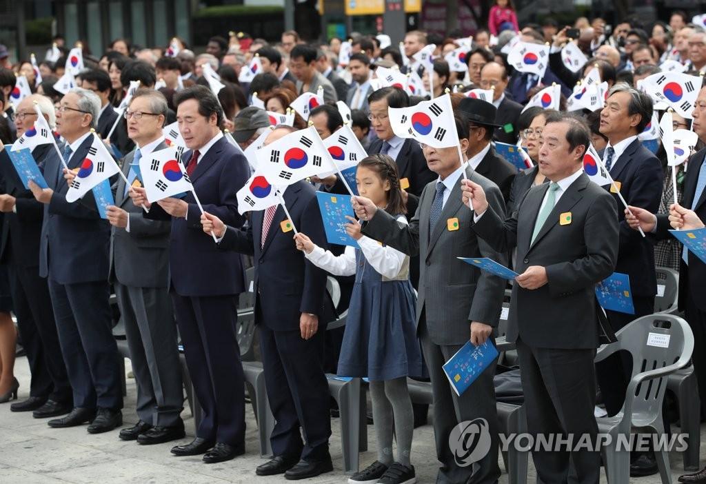 """10月9日,""""韩文日""""纪念仪式在首尔光化门广场世宗大王像前举行。(韩联社)"""