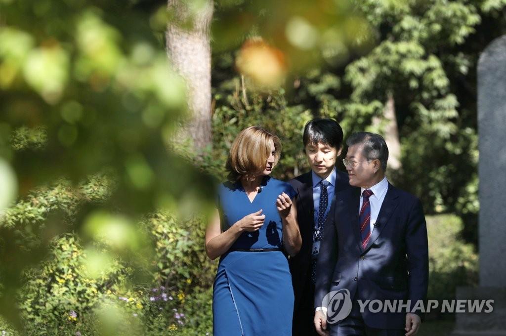10月12日上午,在青瓦台,文在寅接受BBC记者采访。(韩联社)