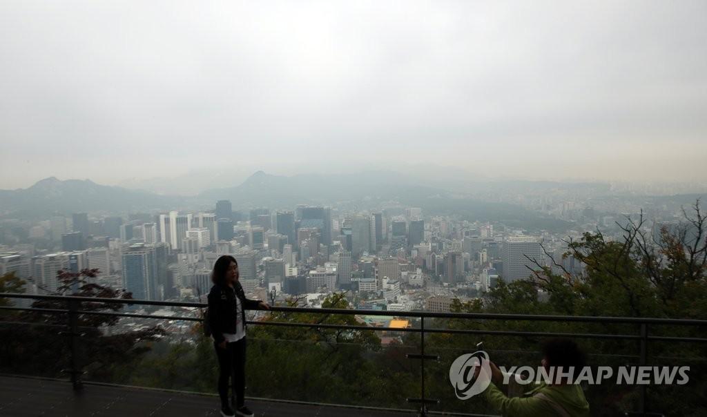 资料图片:雾霾中的首尔(韩联社)
