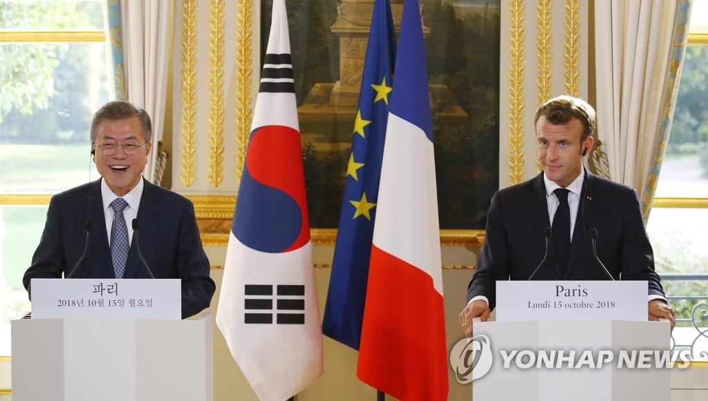当地时间10月15日,在法国巴黎,韩国总统文在寅(左)和法国总统马克龙在会谈后共同会见记者。(韩联社)