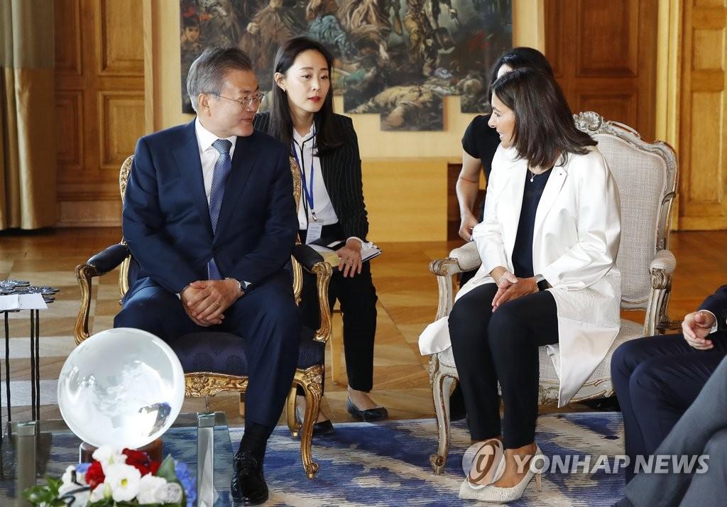 当地时间10月16日,在巴黎市政厅,韩国总统文在寅(左)同巴黎市长安妮·伊达尔戈举行会晤。(韩联社)