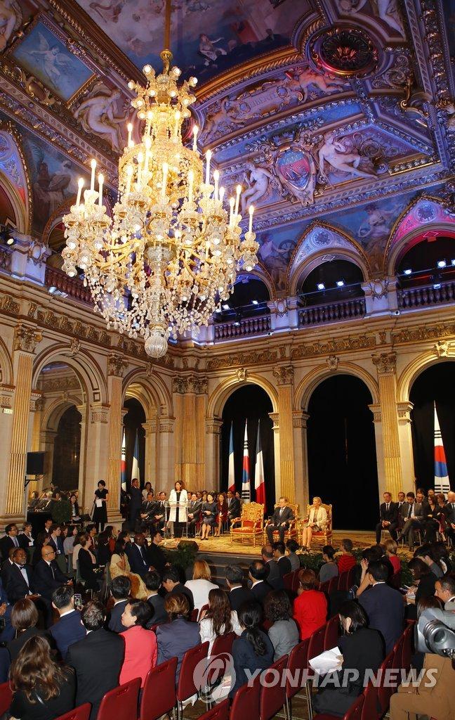 当地时间10月16日,在巴黎市政厅,韩国总统文在寅出席国宾招待会。(韩联社)
