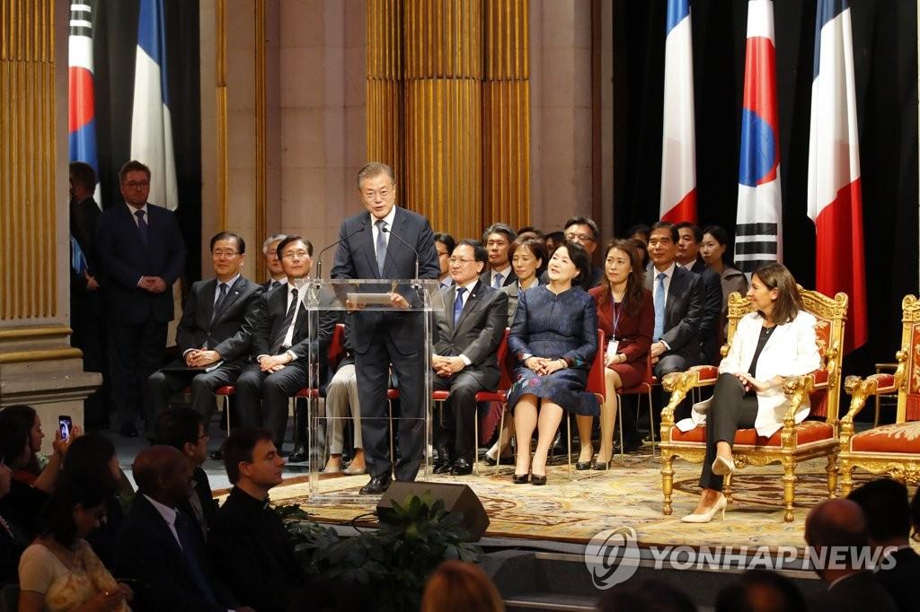 当地时间10月16日,在巴黎市政厅,韩国总统文在寅出席国宾招待会并致辞。(韩联社)