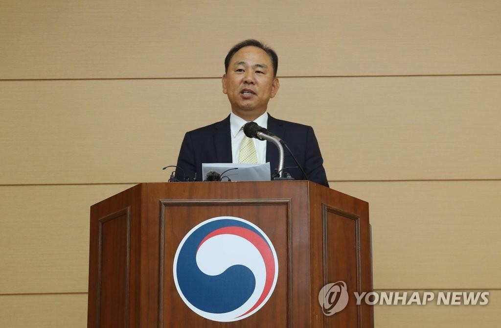 10月17日,在济州出入境外国人厅,金度均(音)厅长发布滞留批准结果。(韩联社)