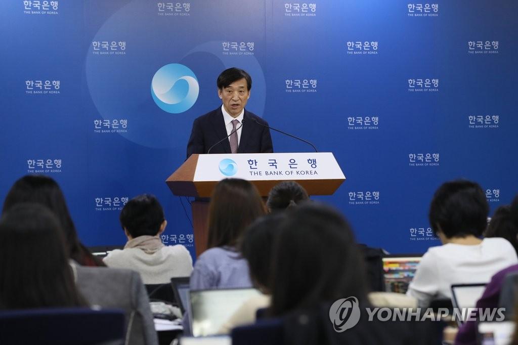 10月18日,在首尔韩国银行总部,行长李柱烈在记者会上发言。(完)