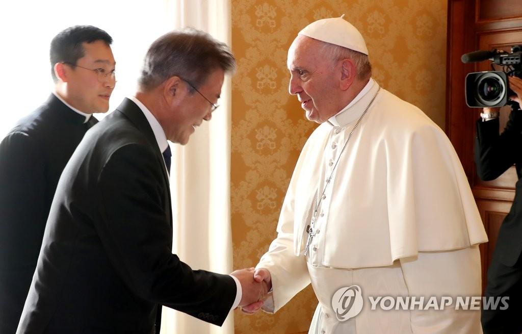当地时间10月18日,韩国总统文在寅(右)在罗马教廷与教皇方济各举行会谈。(韩联社)