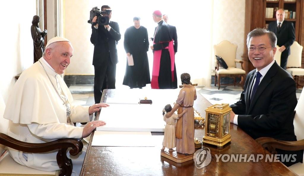 文在寅和教皇单独会面请求为半岛和平祈福