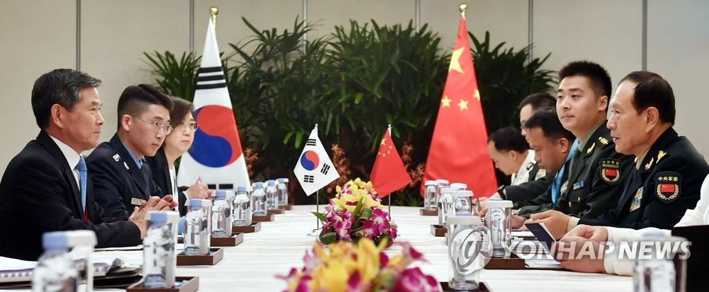 资料图片:郑景斗(左一)和魏凤和(右一)(韩联社/国防部供图)