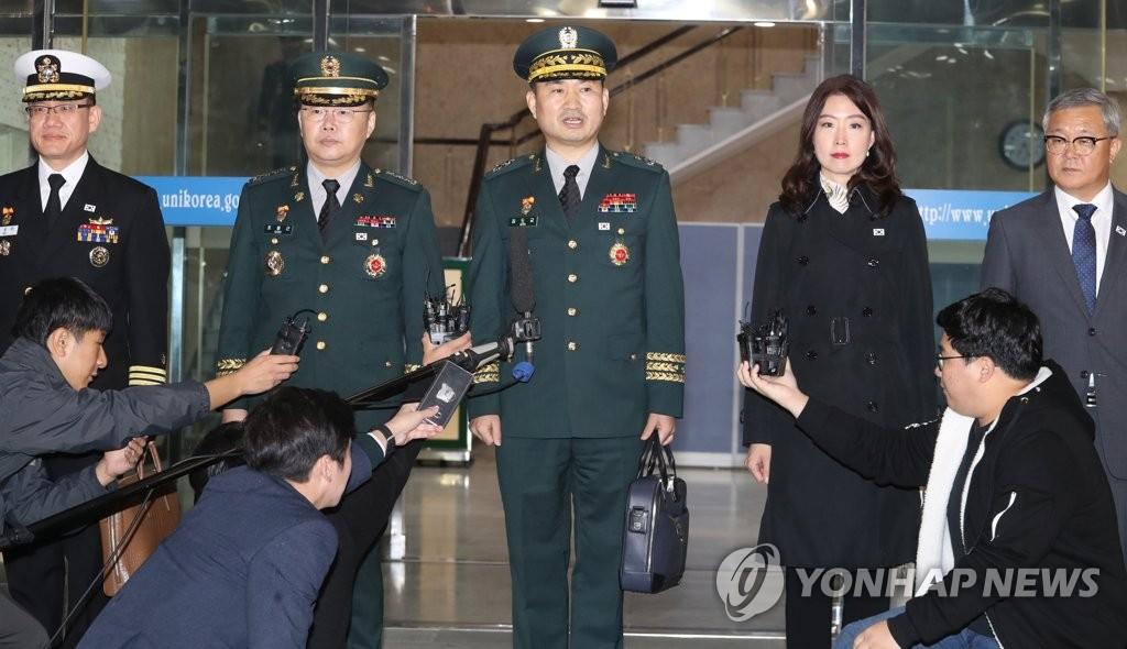 10月26日,在首尔南北会谈本部,韩国国防部对朝政策官金度均(左三)在启程前往边境板门店前答记者问。(韩联社)